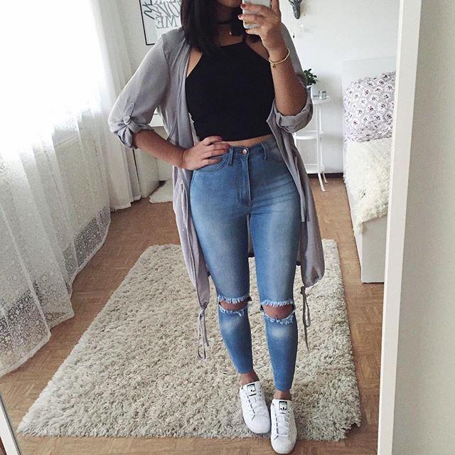 Top negro, pantalon claro viejo, tenis blancos cardigan gris