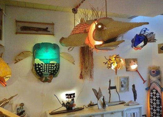 deze kunstwerken zijn van plastic of hout gemaakt. hoe het aan elkaar is gemaakt weet ik niet. het inspireerde mij omdat het meerdere kunstwerken zijn.