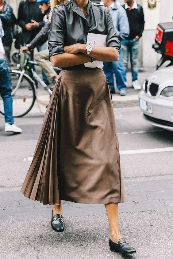 Abbinare le scarpe ad una gonna a pieghe Gonna a pieghe con mocassini, per un perfetto look da ufficio o da tempo libero.
