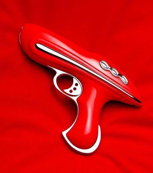 ウソもホントもないですけれども。 この重厚感あふれる光線銃は、立体造型をアートにするギズモな読者さかうえさんからの投稿作品です。作品名は「raygun」。 架空の世界でしか存在し得ない光線銃というプ