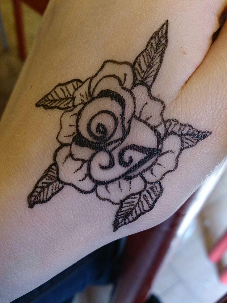 Tatuaggio lettera I e rosa