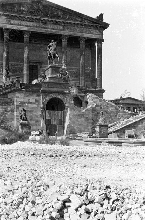 Berlin-Mitte, Nationalgalerie, 1946. Eingangsfront mit Freitreppe und Denkmal Friedrich Wilhelms IV. mit Kriegsschäden. Foto, Oktober 1946.