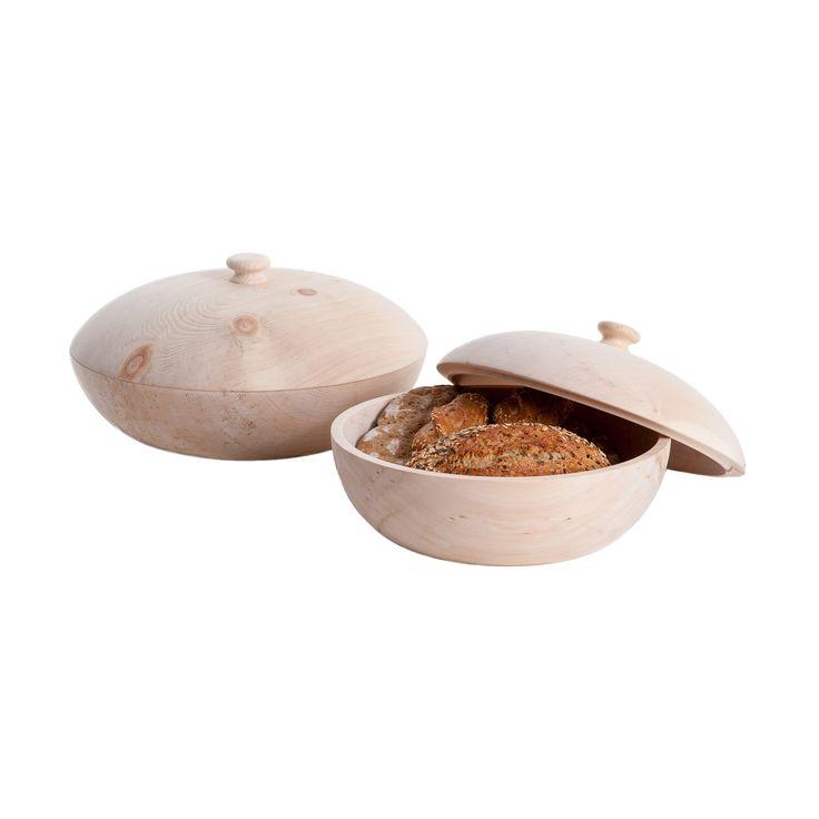 Diese traditionelle Brotdose aus Südtiroler Zirbenholz wird aus einem einzigen Stück Holz gedrechselt. Dadurch werden störende Leim- oder sonstige Klebestellen vermieden. Durch die feine und detailverliebte Verarbeitung durch den...