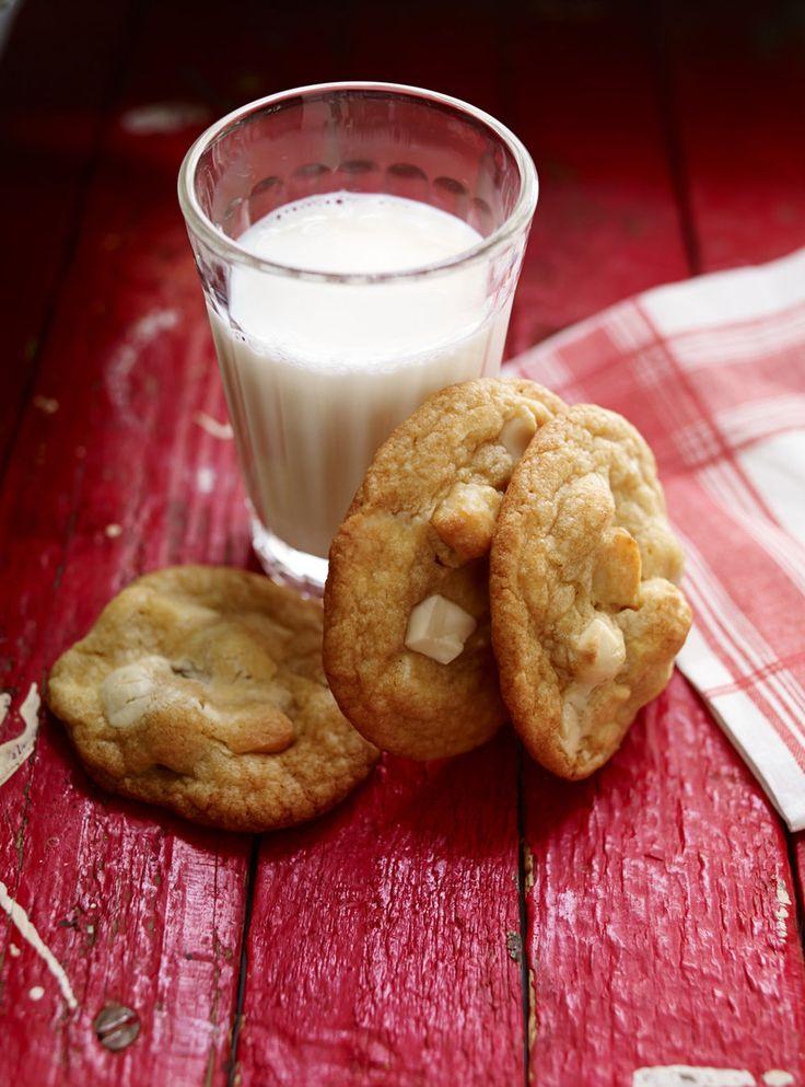 Recette de biscuits au chocolat blanc et noix de macadam de Ricardo. Recette rapide de dessert avec cassonade, beurre. À la cuillère de bois, incorporer les ingrédients secs, les noix et le chocolat.
