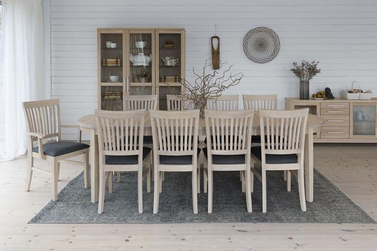 Store| Hans K - Flera generationers erfarenhet av design och kvalitet. Inzel-serien har en nordisk formkänsla med tidlös design, stor valfrihet samt en komfort. Inzel har möbler till både kök och vardagsrum som passar in i alla hem. Den gemensamma nämnaren är sköna, följsamma och harmoniska former i vitt, blont, svartbets eller oljad ek, allt skapat i massivt trä - in i minsta detalj. I denna serie hittar du stolar, barstolar, matsalsbord, barbord och mycket mer.