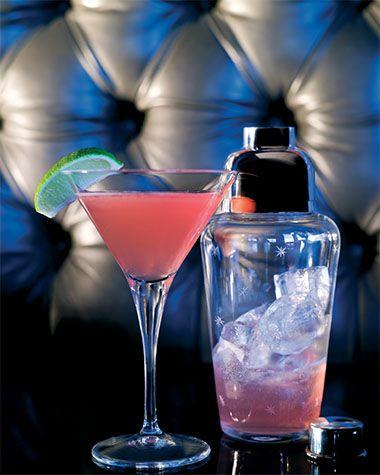 Bereiden: Koel het martiniglas voor met ijs. Schenk de vodka, cointreau, het limoensap, veenbessensap en suikerwater in de shaker. Vul de shaker met ijsblokjes en schud krachtig. Verwijder het ijs uit het voorgekoelde glas en strain de cocktail in het martiniglas. Werk af: Garneer met een limoenpartje.