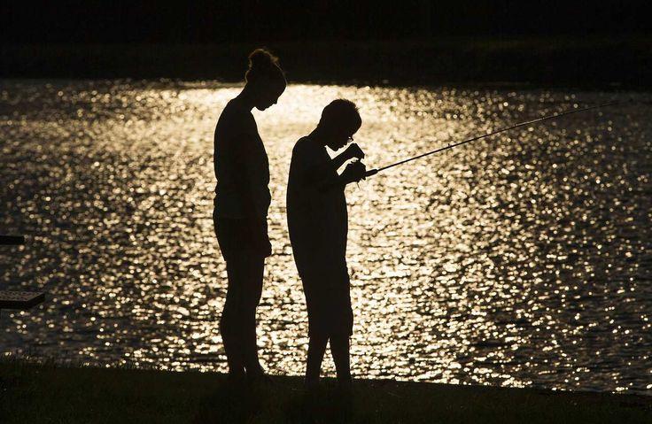 Un chico pesca con ayuda de un consejero en Camp Abilities, Brockport, Nueva York. Esta institucíón sin fines de lucro usa el deporte como medio de generar mayor independencia y confianza en niños con distintos tipos de discapacidad. (Reuters)