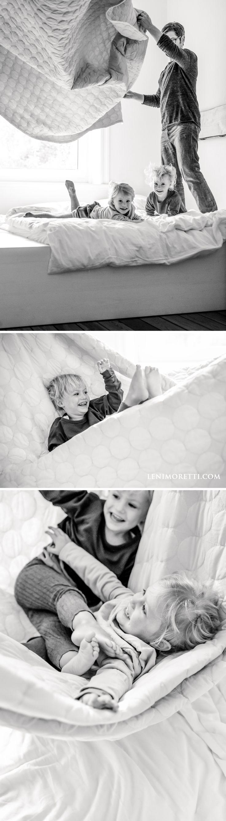 Kreative Idee für Familienfotos im Bett mit Zwillingen ©️ lenimoretti.com