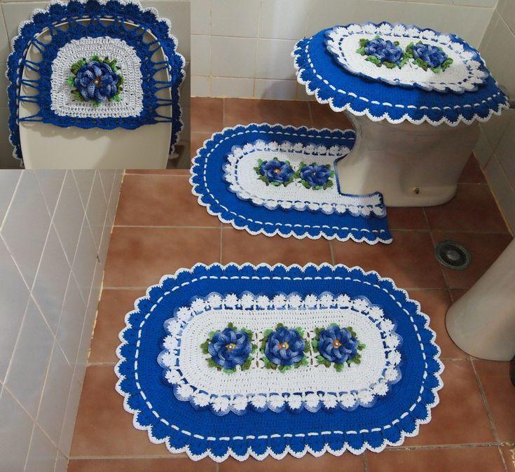 Feito com barbante nº 6 Linhas Mais branco e azulão; Barroco mescla azul (9172) e amarelo (9368); e Cia Cores degrade verde musgo. Jogo com 3 peças: tapete da pia (51 x 79 cm, 690 g), tapete do vaso (51 x 61 cm, 525 g) e tampa do vaso (45 x 60 cm, 597 g).