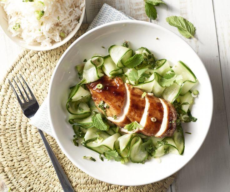 Salsa di hoisin è una salsa cinese fatta da semi di soia, aceto di riso e zucchero. Esso è anche ampiamente utilizzato in cucina vietnamita e si fonde perfettamente con un bel pezzo di pollo tenero. Inoltre, un'insalata di cetriolo erbe piccante con bellissimi nastri. Un ottimo pasto leggero, pieno di sapori orientali!