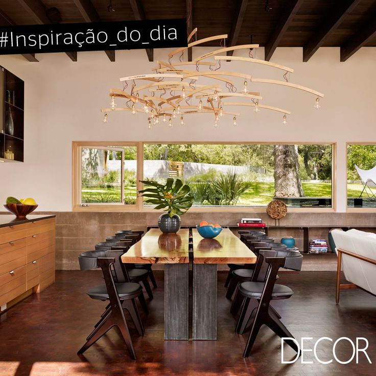 Evidente nas peças de mobiliário, na iluminação e nos acabamentos do décor, a madeira remete à essência do estilo rústico, porém se mescla ao ar contemporâneo do décor. No jantar, mesa e cadeiras harmonizam perfeitamente com o pendente com design irreverente. A extensa janela traz o verde do jardim para a decoração, adicionando beleza ao ambiente.