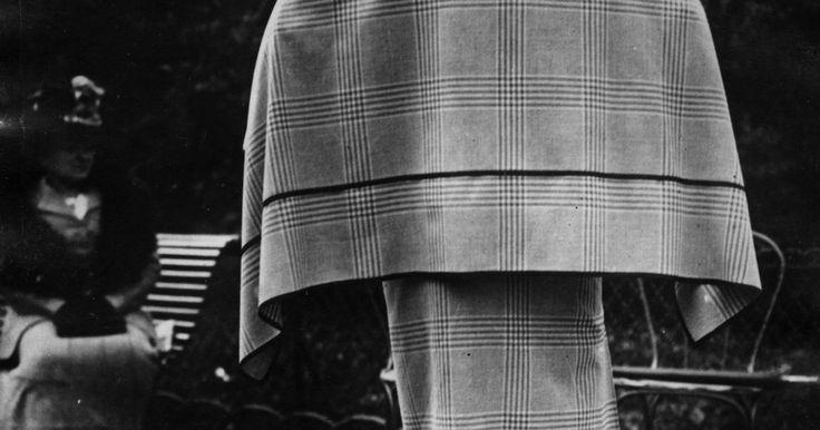 Zapatos de mujer de los años 20. Durante la década de 1920, la gente disfrutaba la vida después de la Primera Guerra Mundial, y sin indicios de la Segunda Guerra Mundial en camino, lo dejaban ver a través de la moda. Por primera vez, las faldas de vestir subieron su largo, y las mujeres veían los zapatos y las medias como accesorios, y no sólo como una necesidad para mantener los ...