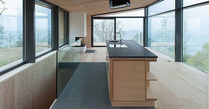 Лестница за кухней ведет на первый этаж в кабинет и спальню.  (архитектура,дизайн,экстерьер,интерьер,дизайн интерьера,мебель,маленький дом,минимализм,кухня,дизайн кухни,интерьер кухни,кухонная мебель,мебель для кухни,столовая,дизайн столовой,интерьер столовой,мебель для столовой,гостиная,дизайн гостиной,интерьер гостиной,мебель для гостиной,лестница) .
