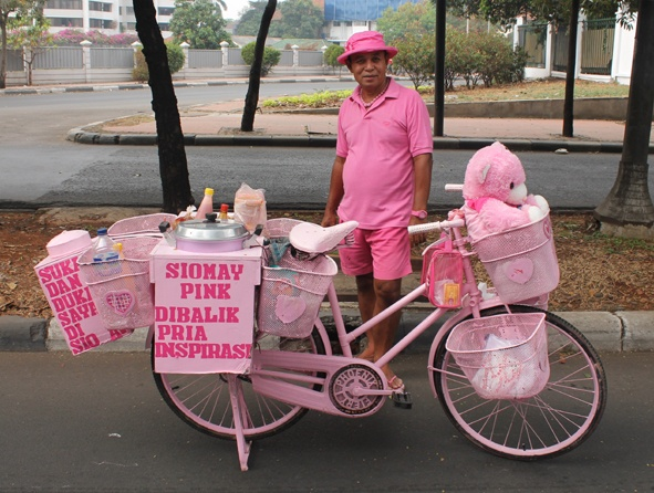 men dare to wear candy pink to sell dumplings #pinyourcity
