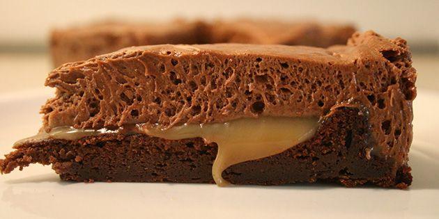 Chokoladekage i luksusudgave med chokolademousse på toppen og lækker flydende karamel, der gemmer sig i midten.