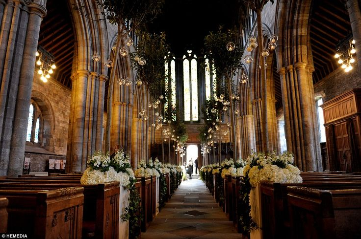 Charmant: De kathedraal was gerekruteerd door de bloemen bracht in voor de Schotse bruilof...