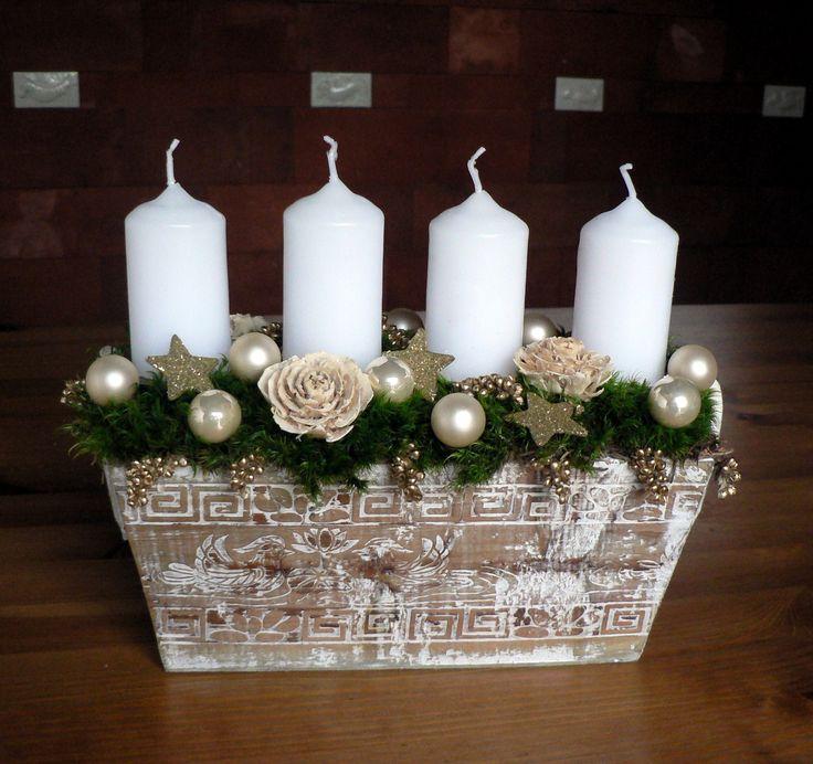 vánoční svícen Délka 30 cm,výška 20 cm,šířka 20 cm.Dřevěný truhlík se svíčkami,dozdobený kouličkami,cedrovými růžemi,zlaceným prosem,mechem a hvězdičkami.