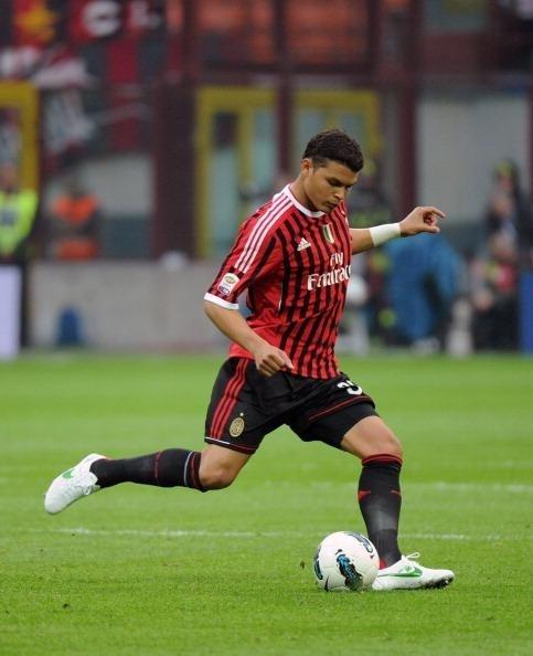 Paris Saint Germain in talks with AC Milan defender Thiago Silva