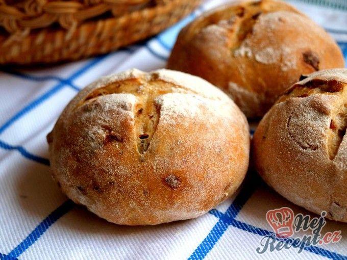 Pšenično žitné bulky se smaženou červenou cibulí a rozmarýnem | NejRecept.cz