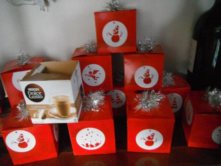 cajas de cafe reutilizadas para cajas de dulces navideños