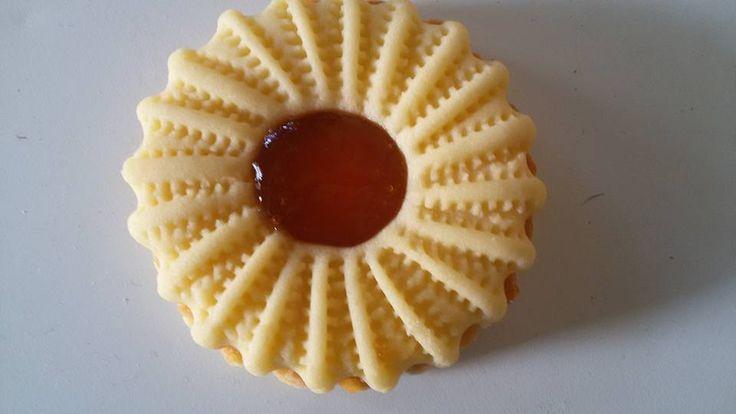 Ingrédients: 500g beurre ramolli 200g sucreen poudre vanille une pincée de sel 4 jaunes d'oeufs 1 kg farine Préparation: Sabler du bout des doigts la far