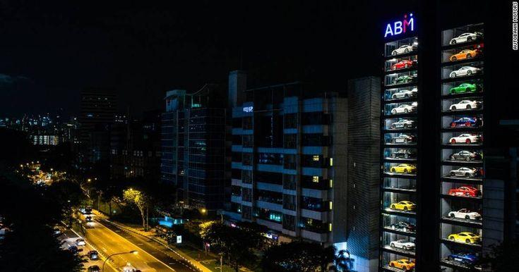 Kvadratmeterprisen i Singapore er så høj, at Autobahn Motors har stablet luksusbiler i 15 etager som i en sodavandsmaskine for at kunne vise dem frem.