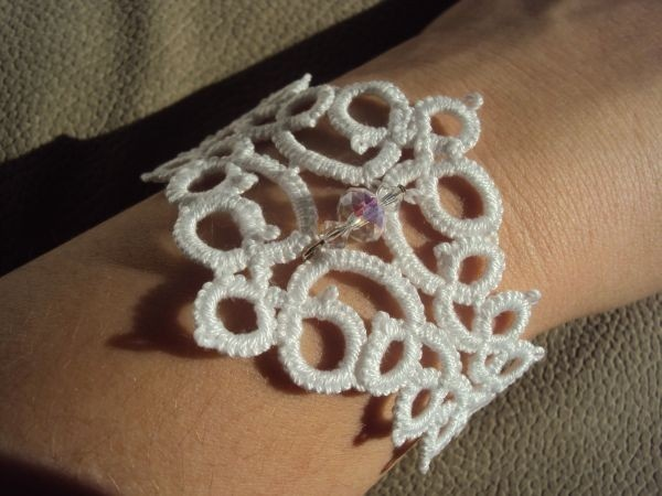 Tatted Bracelet. Beautiful!! Though I personally wouldn't choose white it would get filthy in no time!