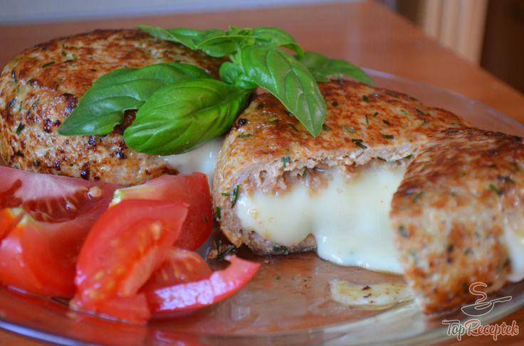 Ez a recept igazi ínyencség a camembert sajt kedvelőinek. Lényegében ízletes húspogácsa közé csomagolt sajtról van szó. sajt a sütés közben megolvad, és fantasztikus ízvilágot kölcsönöz a húspogácsának. Salátával és burgonyával is kiváló, de akár egy jó nagy adag bucit is megtölthetünk vele. Nagyon laktató, kiadós fogás, az ízesítése pedig rengeteg lehetőséget rejt magában. Mindenki a saját szája íze szerint tudja módosítani, ízesíteni.