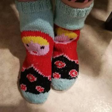 Viime aikojen kiireiden vuoksi on jäänyt blogailu vähemmälle, samoin kyllä käsityöt. Jouluksi kuitenkin valmistui mm. nämä. Eli tyttö sai maatuska-sukat; kudoin perussukat ja kirjailin päälle maatu…