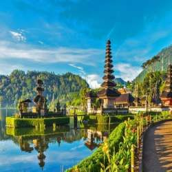 بالی یکی از جزایرمحبوب دنیاست که در مجمع الجزایر اندونزی قرار گرفته است و به قدری زیباست که به آن لقب جزیره خدایان را داده اند و دارای جاذبه های فراوان است.