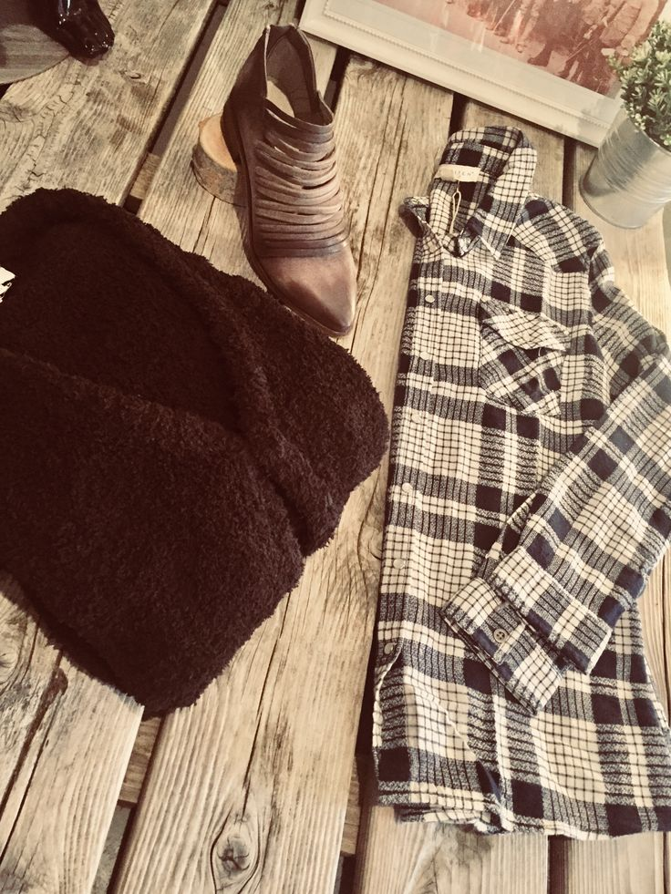 Nothing better then a nice big cozy sweater hug!!!! #umgee #cozysweater #fall #fashion #lovestitch #plaid #freepeopleshoes #layeredup #brown #blueandcream #taupe