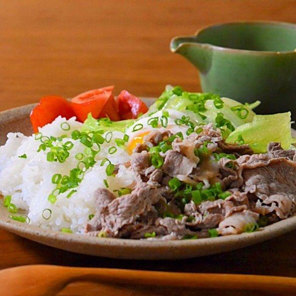 温玉のせ茹でレタスと牛肉ののっけごはん     あさこ食堂