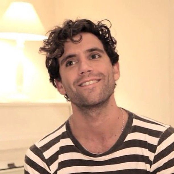 Mika intro to the Elle Me Dit video