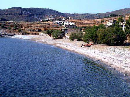 Παραλία Φρέα. Πρός τον Κούνδουρο από τη Λυγιά. Νερά διαυγή με ψιλό βοτσαλάκι και σκιές από αρμυρίκια.