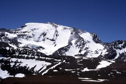 """Cerro Plomo desde cumbre de Cerro Pintor. Adelante en la foto se aprecia el sector de """"Cancha de Carreras"""""""