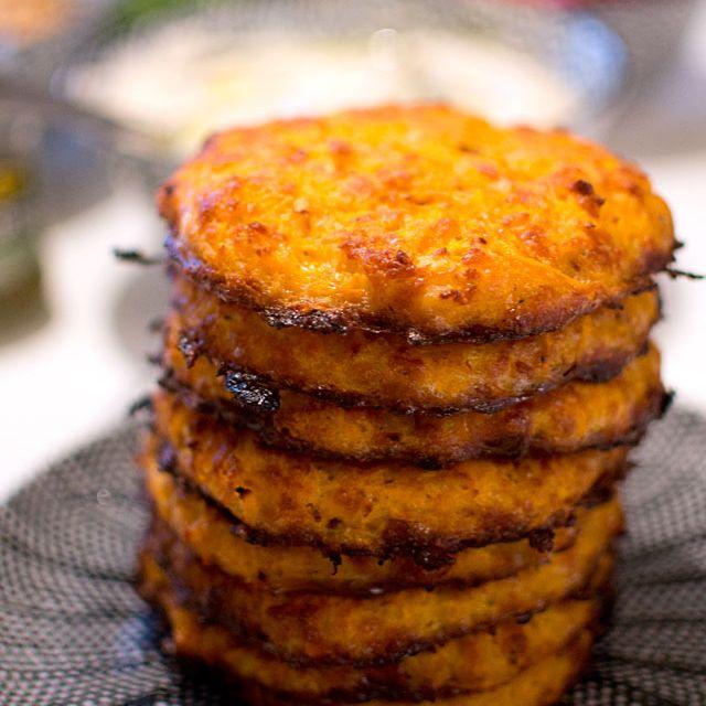 Här kommer veckans fem middagstips! Vegetariska biffar, kycklingpasta och en kombo av två familjefavoriter fyller den här veckomatsedeln. Hör gärna av dig om du provar någon av recepten, det är alltid roligt att höra vad ni tycker! Matsedel vecka 20: Måndag: Morotsbiffar med halloumi. Görs enkelt i ugnen, väldigt smidigt! Ät med blandade grönsaker, goda …