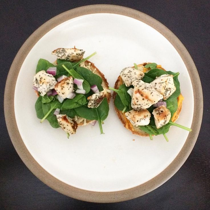 Bagels make the world a better place (maybe not completely, but they help) Montreal-Style sesame seed bagel topped with @daiyafoods mozzarella and cheddar cheese shreds, spinach, red onion and chicken breast (seasoned with thyme, rosemary and basil)  (@amandasspoons) MyFood kyckling ost macka
