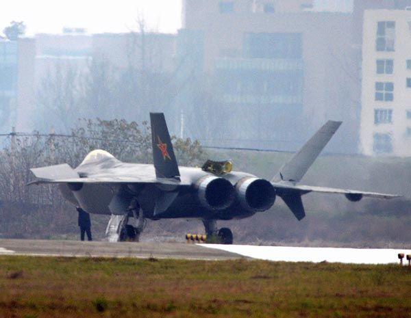 殲20(J20)     斜め後ろから撮影した殲20初号機の写真(AFP PHOTO/HO/KANWA NEWS)を見ると、エンジンの種類までは特定できないものの、ノズルに推力偏向装置がないことは分かる。2012年5月には2号機が初飛行したと報じられたが、米国の軍事アナリストによると、推進システムに大きな改良が加えられた形跡はないという。とはいえ、試験機が2機になったことで、開発のスピードが上がるのは間違いなく、18年には実用化されるとの観測もある。   殲20の軍事的な役割については諸説あるが、機体の大きさからも純粋な迎撃戦闘機とは考えにくい。最大速力や実用上昇限度など性能は不明な部分が多いものの、今のところ敵艦船の進出を阻止する戦闘攻撃機や偵察機として運用される可能性が高いとみられている。2号機は初号機に比べ、降着装置やアビオニクス(航空機搭載電子機器)の改良が進んでいるとされる(2011年01月11日) 【AFP=時事】