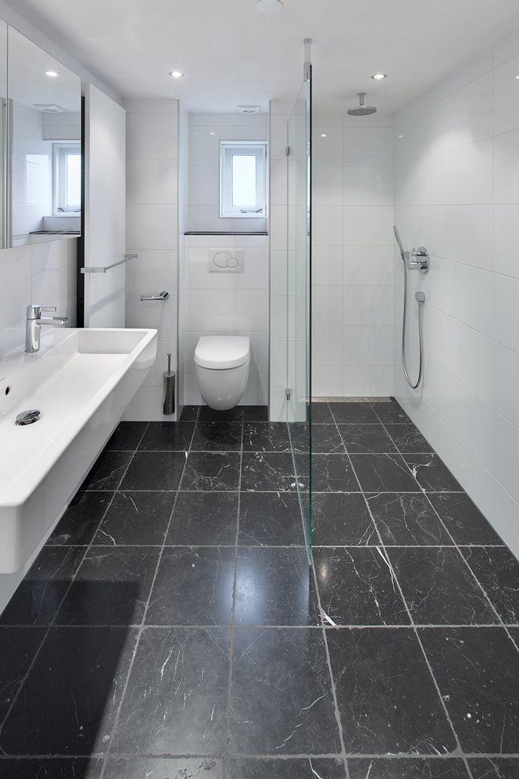 In deze kleine ruimte zie je dat je met een efficiënte inrichting toch voor een ruimtelijke uitstraling kan zorgen. Deze badkamer is voorzien van sanitair van Duravit en een radiator van Vasco.