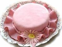 Tort personalizat sub forma de palarie din martipan de la cofetaria Candy Cat, ce poate fi preparat din ingredientele tale preferate.