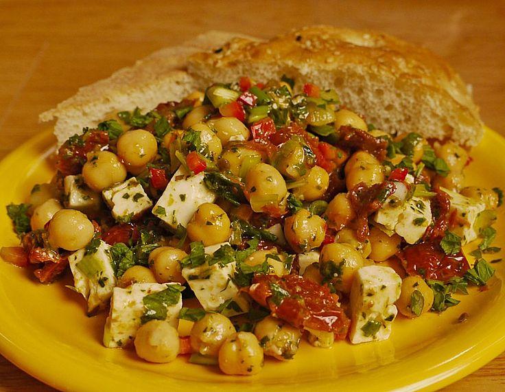 Kichererbsensalat mit getrockneten Tomaten und Feta, ein tolles Rezept aus der Kategorie Snacks und kleine Gerichte. Bewertungen: 244. Durchschnitt: Ø 4,6.