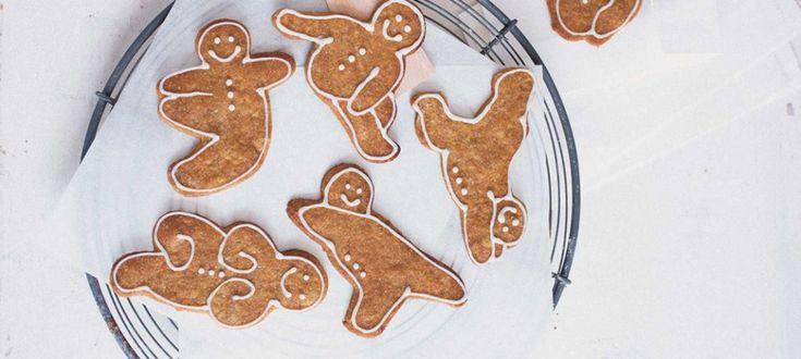 """Dieses Rezept aus Renate Schmidt-Manns Buch """"Vegane Zuckerbäckerei"""" stimmt uns auf Weihnachten ein. Und das ganz ohne tierische Zutaten. Natürlich können auch andere Ausstechformen verwendet werden, aber diese Yoga-Gingermännchen sind einfach unschlagbar. Zutaten 300 g Mehl Type 550, mehr nach Bedarf 1 EL Weinstein-Backpulver 1 TL gemahlener Zimt 1 TL gemahlener Ingwer 1 TL geraspelter frischer Ingwer 1 Prise Salz 1 Prise frisch geriebene Muskatnuss 1 kleine Prise gemahlene Nelken 140 g…"""