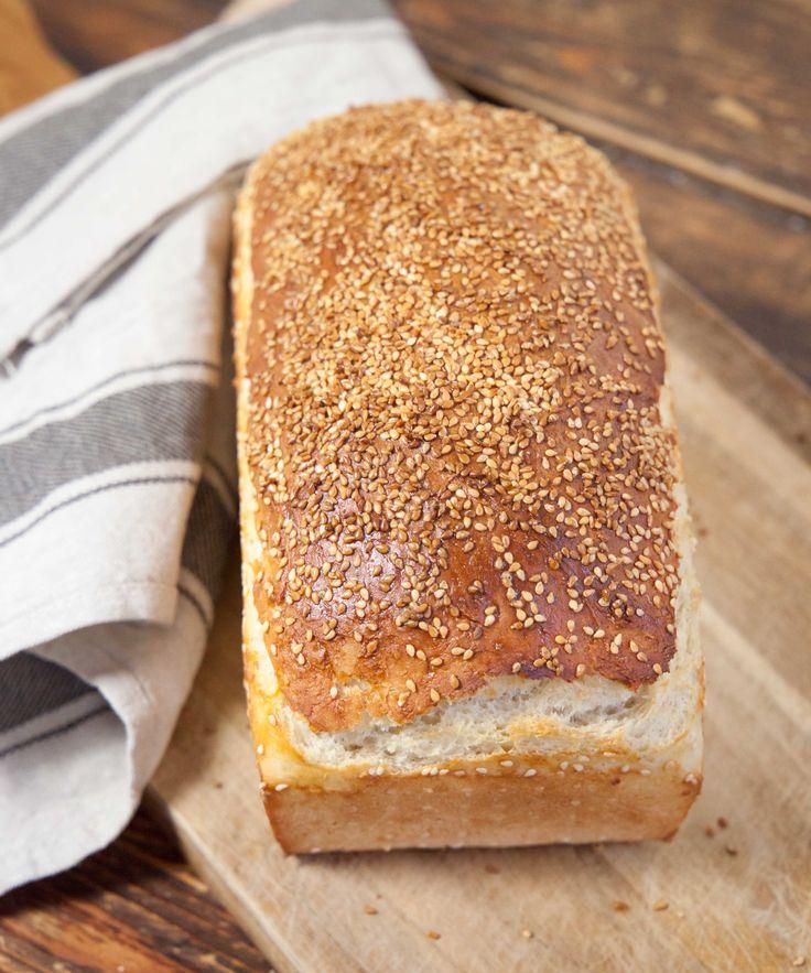 Enklare bröd än så här får man leta efter, men oj så gott det blir med hembakad klassisk formfranska! Det här brödet bakade jag häromkvällen på ungefär samma tid som det tog att göra en rejäl laddning grönsakssoppa och det blev precis så gott som det ser ut.Jag bakar mitt franskbröd med lite hon