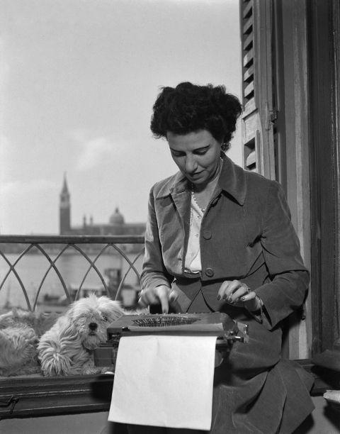 Peggy Guggenheim alla macchina da scrivere nella sua stanza all Hotel Savoia e Jolanda, sulla Riva degli Schiavoni, Venezia, 1948. Fondazione Solomon R.Guggenheim