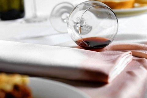 Как вывести пятна от вина, кофе или жира с домашнего текстиля