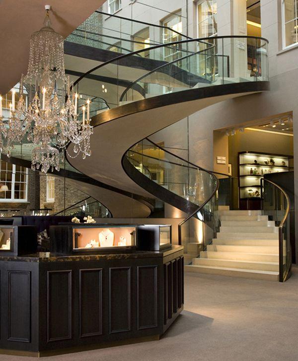 El vestíbulo con un candelabro bonito y escaleras impresionantes y lujosos
