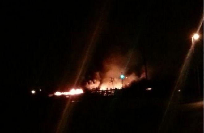 Un incendio consumió un depósito de la editorial Estrada en Ezeiza. Se necesitaron 15 dotaciones de bomberos para apagar las llamas. Investigan qué desató el incendio. http://www.argnoticias.com/sociedad/item/39042-ezeiza-15-dotaciones-de-bomberos-trabajan-para-apagar-un-incendio-en-editorial