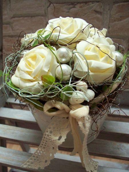 Gesteck mit creme Rosen,romantisch-lieblich,shabby von ...die mit den Blumen tanzt... auf DaWanda.com