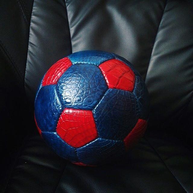 Футбольный мяч из кожи крокодила .По всем вопросам пишите в WhatsApp или звоните по телефону :+89035511177