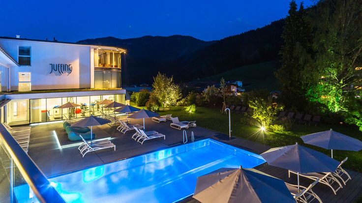 Abendstimmung am Pool. Wellnesshotel in Tirol, Juffing Hotel & Spa